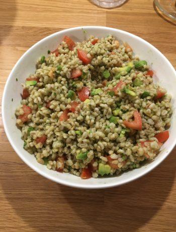 Perlebyg salat med avocado og tomat
