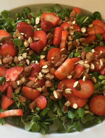 Salat med asparges, jordbær og edermamebønner