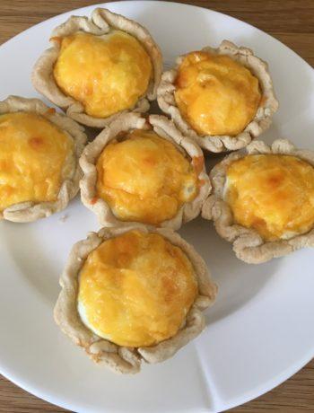 Små tærter med bacon og æg