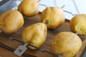 Bagte kartofler på grill