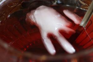 Halloween bowle med afhuggede hænder