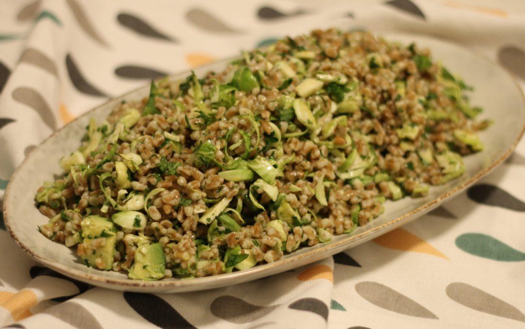 Perlespelt salat med avocado og rosenkål