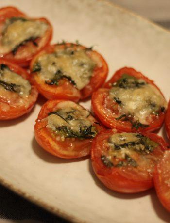 Halve bagte tomater med krydderurter og parmesanost