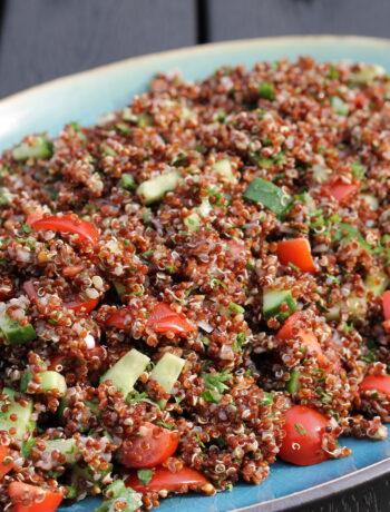 Quinoa tabouleh med tomater, agurk og forårsløg